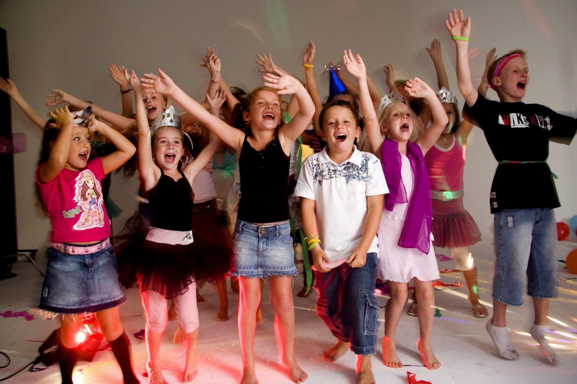 Дети танцуют на дискотеке картинка