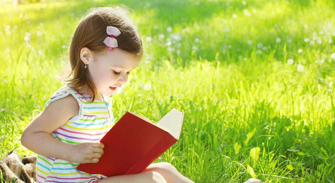 Картинки детей с книгой на природе