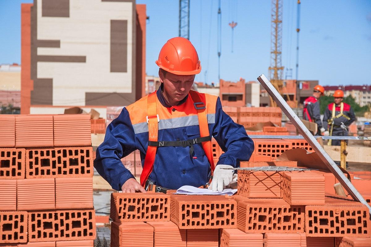 людей заблуждается, картинка строитель с кирпичом января начало марта